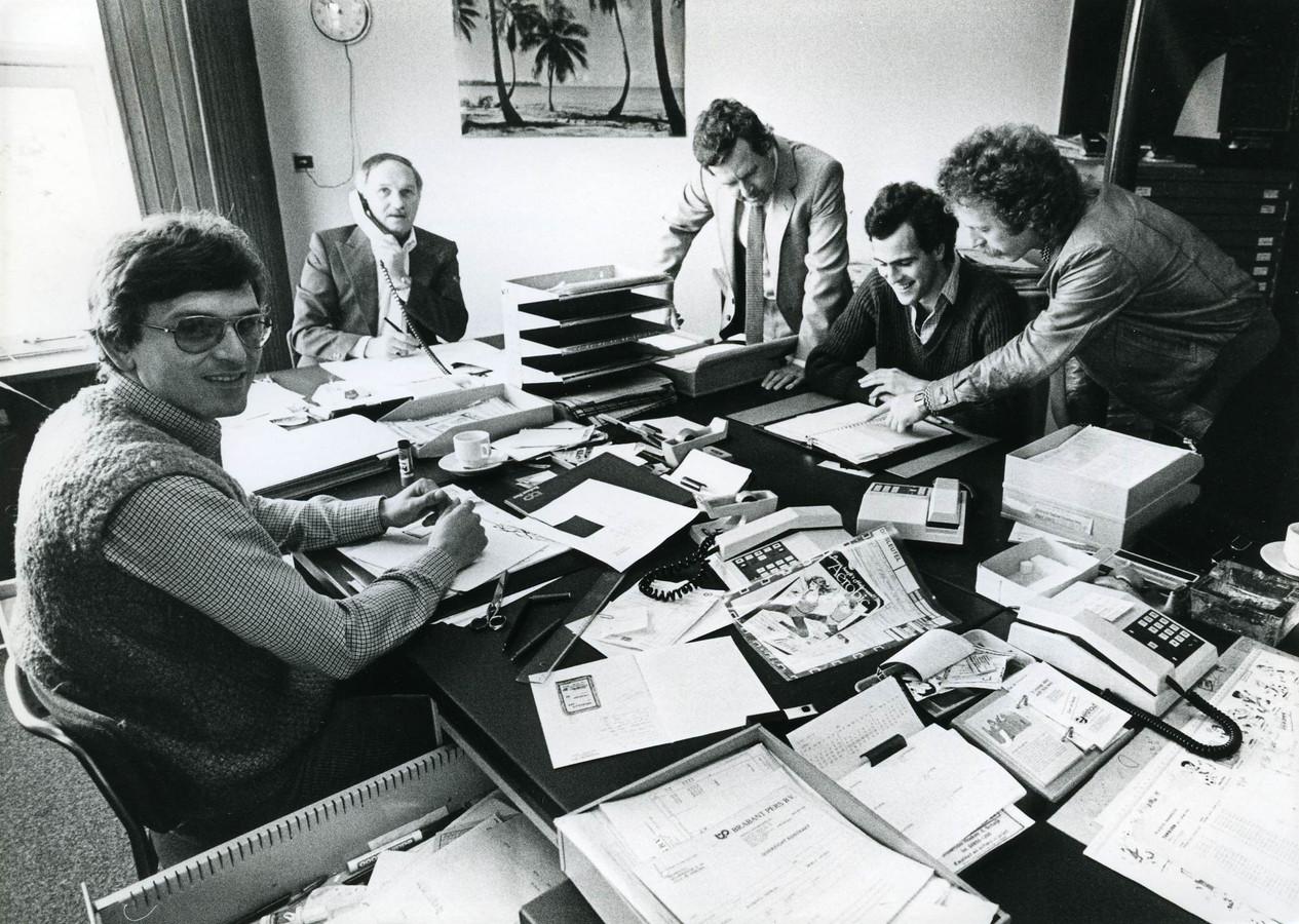 De vierkoppige redactie van weekblad De Sleutel en een correspondent op bezoek in 1983.