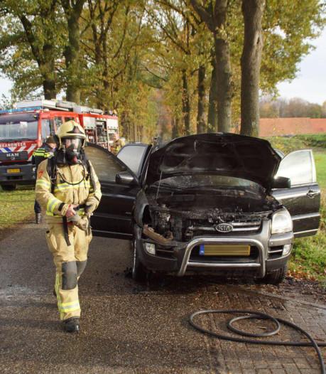 Auto vliegt in brand tijdens rijden in Beltrum: bestuurster ongedeerd