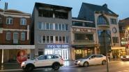 Uitslaande brand vernielt bovenste verdieping van appartementsgebouw: familie van drie dakloos