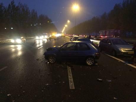 Grote kettingbotsing op A2: flinke vertraging richting Den Bosch, enorme ravage op snelweg