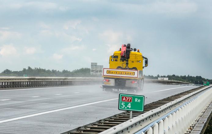 De rijstrook richting Duitsland op de A77 is afgesloten vanaf knooppunt Rijkevoort.