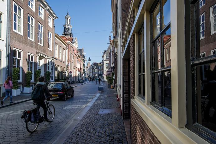 De Lange Hofstraat in het centrum van Zutphen gaat op de kap. De stoep wordt breder en vlakker, het weggedeelte wordt smaller. Fietsers en voetgangers staan straks voorop.