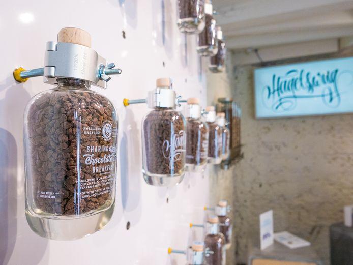Flessen hagelslag langs de muur van de winkel in Amsterdam.