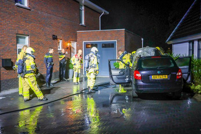 Auto door vlammen verwoest in Epe