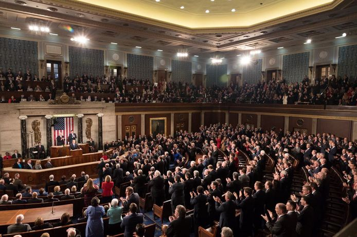 Het Congres tijdens de State of the Union van Donald Trump. Links blijven mensen zitten, terwijl rechts vrijwel iedereen rechtstaat.