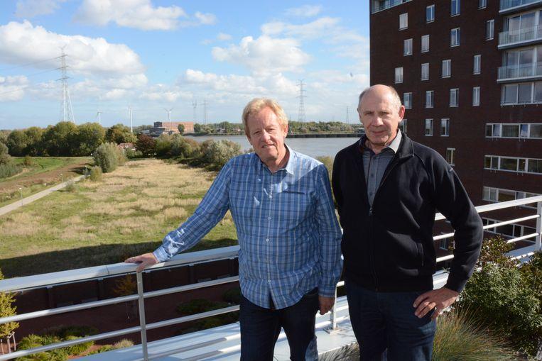 Dirk Van den Berghe en Karel Staes van de bewonersvereniging vragen duidelijkheid over de toekomstplannen voor de site van de oude scheepswerf.