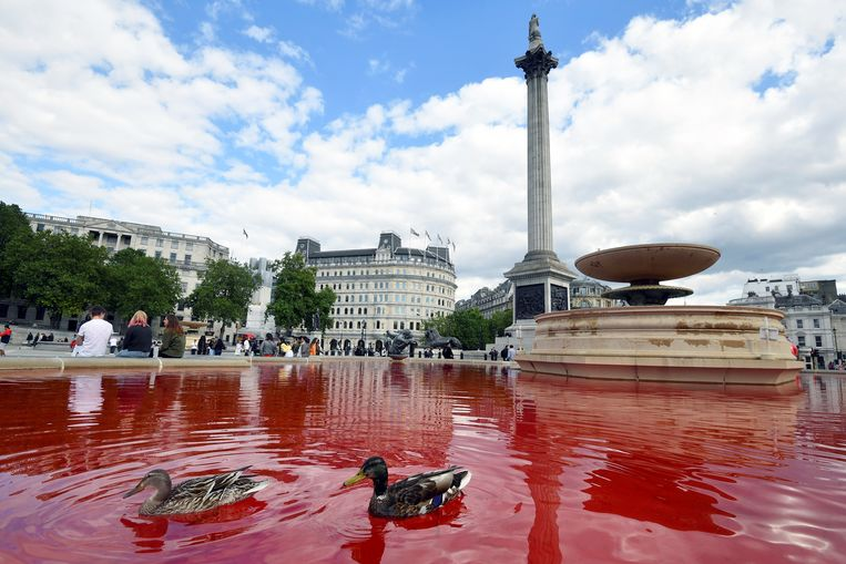 Dierenactivisten kleuren water Londense fonteinen rood