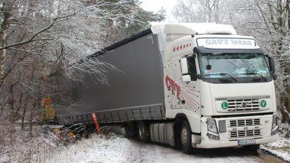 Vrachtwagen komt met achterste wielen in gracht terecht
