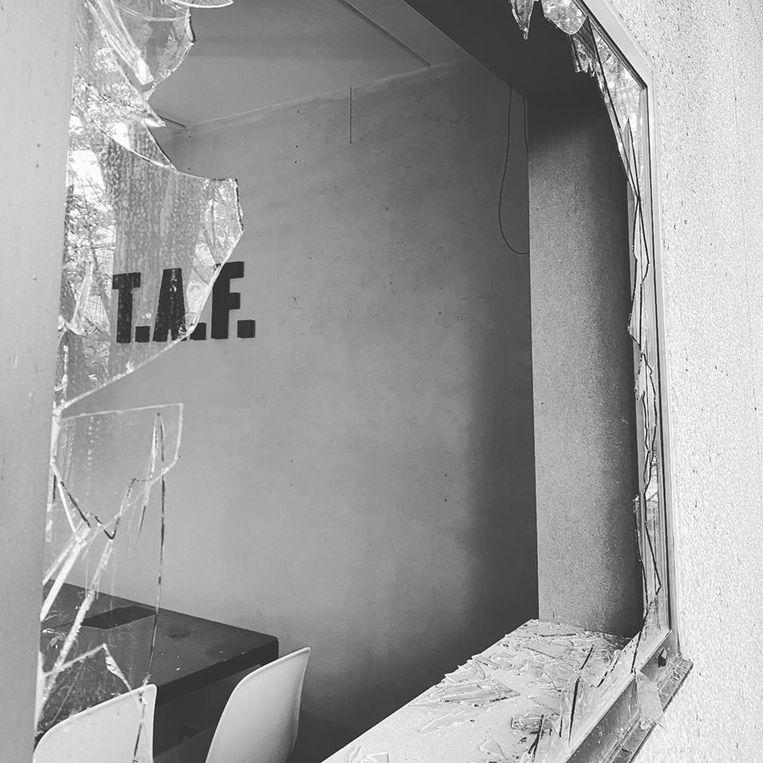 Een raam werd volledig aan diggelen geslagen.