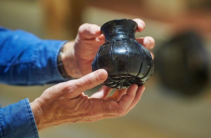 MRK onthult tijdens groot mediaspektakel de inhoud van graven uit de Merovingische tijd.