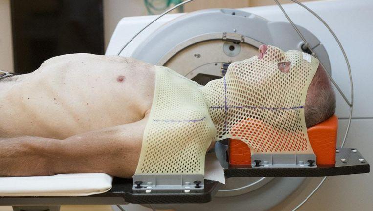 Een patiënt wordt bestraald voor een aangezichtstumor. Beeld null