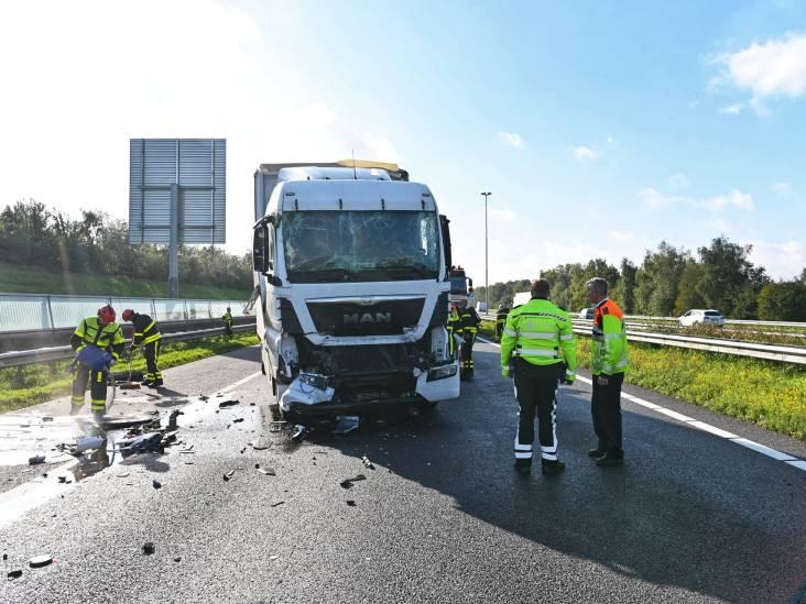 A16 richting Breda dicht na ongeluk met twee vrachtwagens, chauffeur gewond