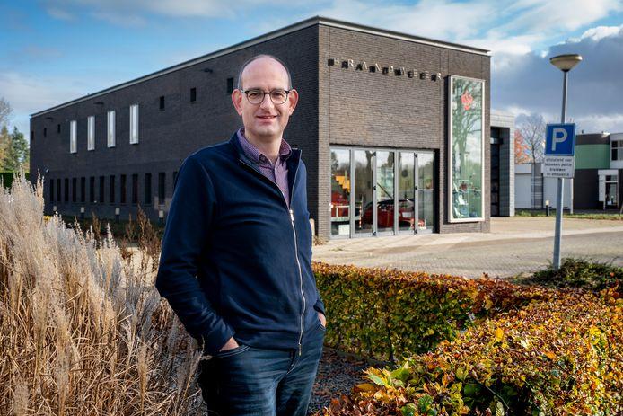 Geert Bok, fractievoorzitter van de SGP in Zaltbommel, voor de brandweerkazerne aan de Steenweg. Dit is overdag ook de uitrukpost voor de ambulance.