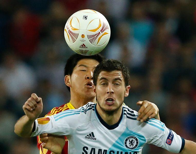 Joo-Ho Park probeert Eden Hazard af te stoppen.