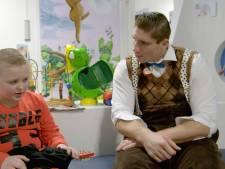 Rico Verhoeven verrast verkleed als CliniClown de zieke kickboksfan Luca (8)