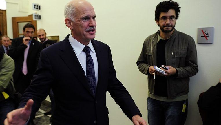 De Griekse premier Papandreou verlaat een kabinetsbijeenkomst, vandaag. Beeld afp