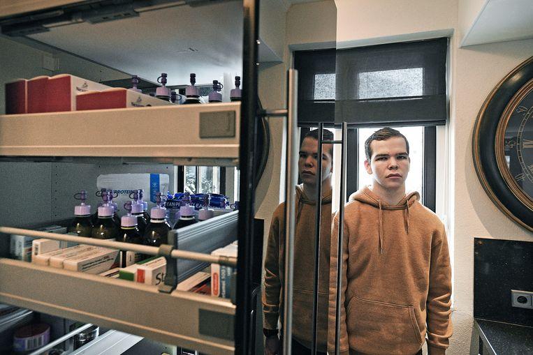 Benjamin bij de keukenkast waar thuis al zijn medicijnen liggen.  Beeld Guus Dubbelman / de Volkskrant