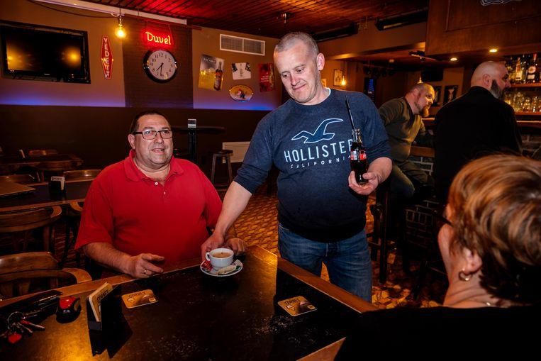 Danny Kesselaers werkt alleen in het café en is een bekend gezicht in Pulle en omstreken.