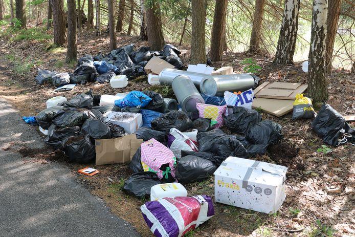Naast de Otterloseweg werd een grote hoeveelheid afval gedumpt.