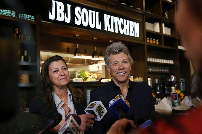 Jon Bon Jovi en zijn vrouw Dorothea Hurley openden dinsdag in New Jersey een naar hem genoemd restaurant voor hulpbehoevenden.