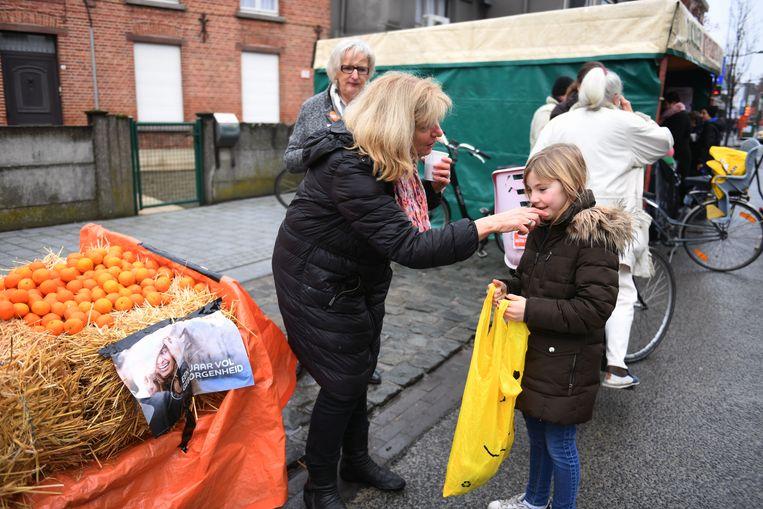 Kinderen die koeken zingen overheersen het straatbeeld in Tremelo. Schepen Diane Willems deelt mandarijnen uit.