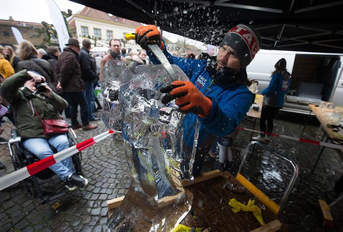 Kunstenaar Jasper Boekbinder hakt een ijssculptuur.