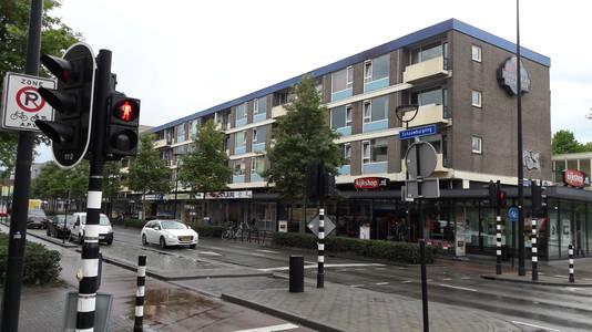 Een van de flatcomplexen van Ton Hendriks aan de Schouwburgring. 'De huur gaat elk jaar omhoog, aan onderhoud gebeurt geen flikker'.