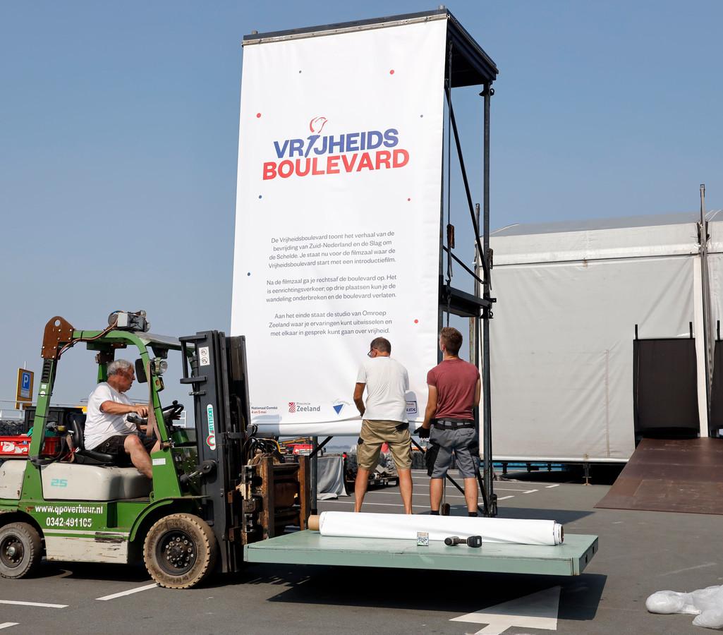 Een banner geeft de route aan van de Vrijheidsboulevard in Terneuzen.