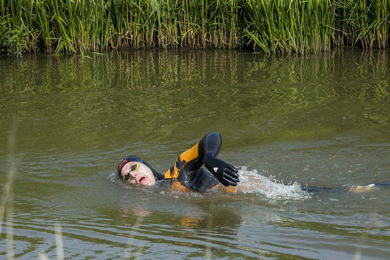 Maarten van der Weijden onderweg van Franeker naar Dokkum tijdens zijn tweede poging om de Elfstedentocht te zwemmen.  Beeld ANP