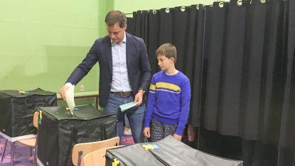"""VIDEO. Familie De Croo gaat stemmen in Michelbeke: """"Alle bolletjes van onze kandidaten ingekleurd"""""""