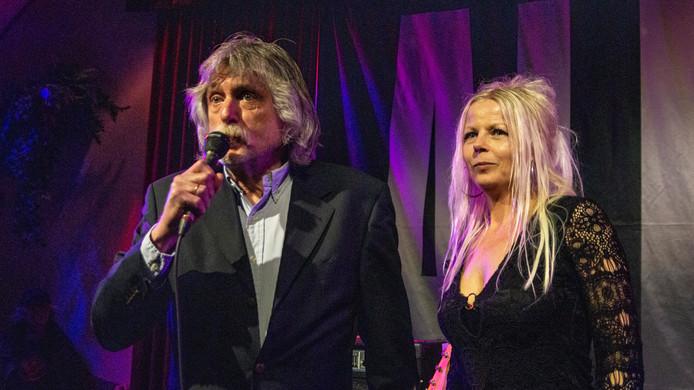 Johan Derksen met zangeres en zijn chauffeur Alexandra Plug