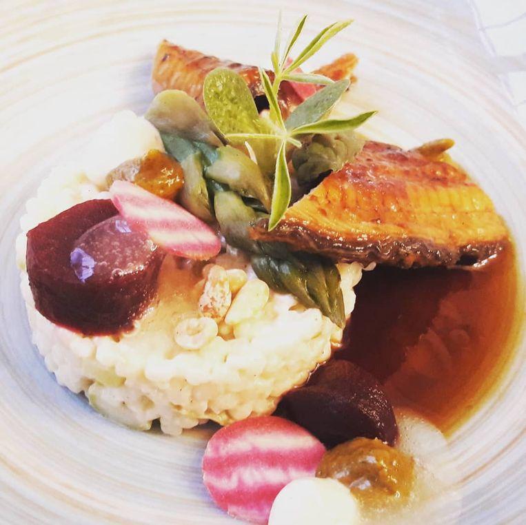 Voorgerecht met gelakte paling, m'hamsa en groene aspergekopjes.