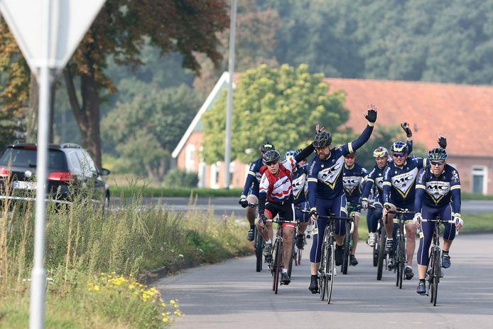 De wegkapitein van FTC Wenters geeft aan dat de groep wielrenners een gevaarlijk punt nadert. Archieffoto uit 2015 ter illustratie.