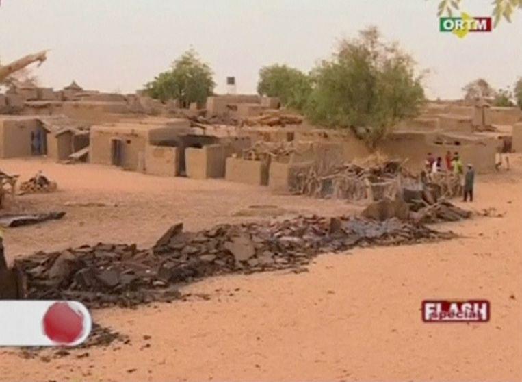 Een deel van het dorp Sobame Da ligt in puin nadat een groep aanvallers er maandagochtend een ware ravage aanrichtte.