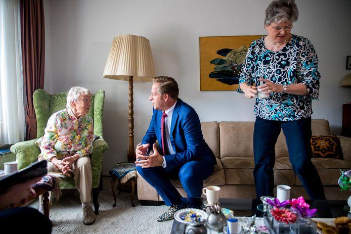 Minister Hugo de Jonge van Volksgezondheid, Welzijn en Sport, bezoekt een bejaarde voorafgaand aan de lancering van het programma Langer Thuis.