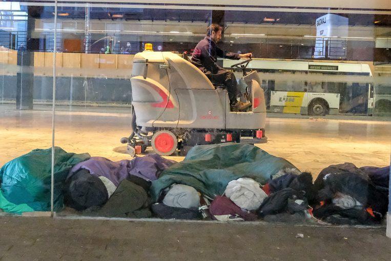 In en rond het Noordstation verblijven veel daklozen en transmigranten.
