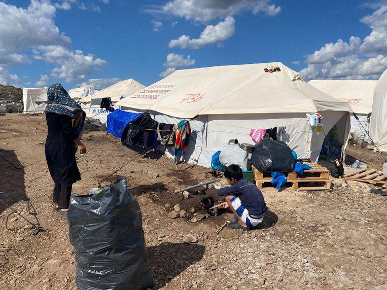 Voor tent 736 van het nieuwe kamp Moria. Bewoners slapen hier in een tent op de grond. Beeld Thijs Kettenis