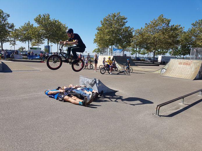 Top-bmx'er Koen Hamer springt over drie kinderen en een instructeur van Fitfabriek heen tijdens een demonstratie.