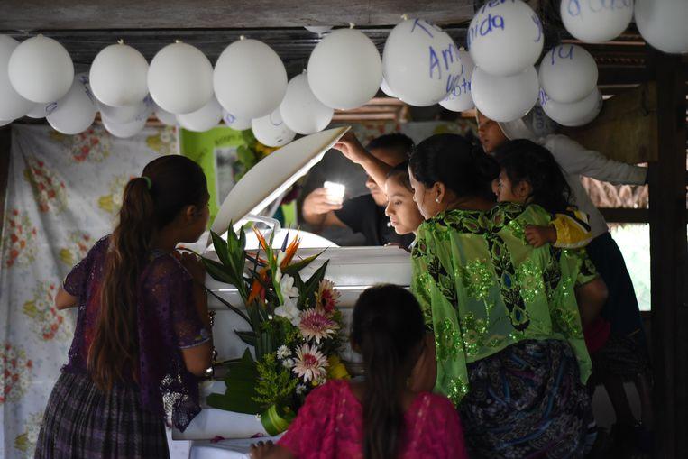 Familie en vrienden bij de witte kist van Jakelin Caal (7).