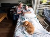 Woningzoekende Mary (60) uit Vleuten is het zat en maakt statement: ze zet haar verlamde man op straat