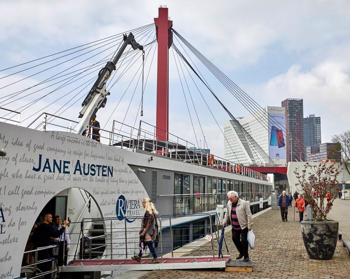 Passagiers gaan aan boord van de Jane Austen.