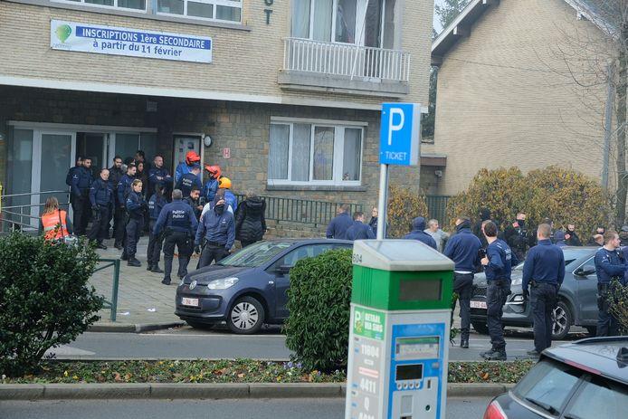 De lokale politie rukte massaal uit naar het koninklijk atheneum Andrée Thomas in Vorst.