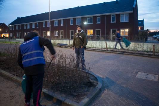 Jongerenwerker Huseyin Oztas begeleid ook een zakgeldproject in Veldhuizen, waarbij jongeren geld verdienen met de straat schoonhouden.