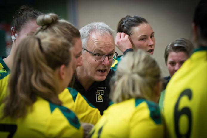 Frank Eilander maakt het seizoen af als coach van de handbalsters van Overwetering.
