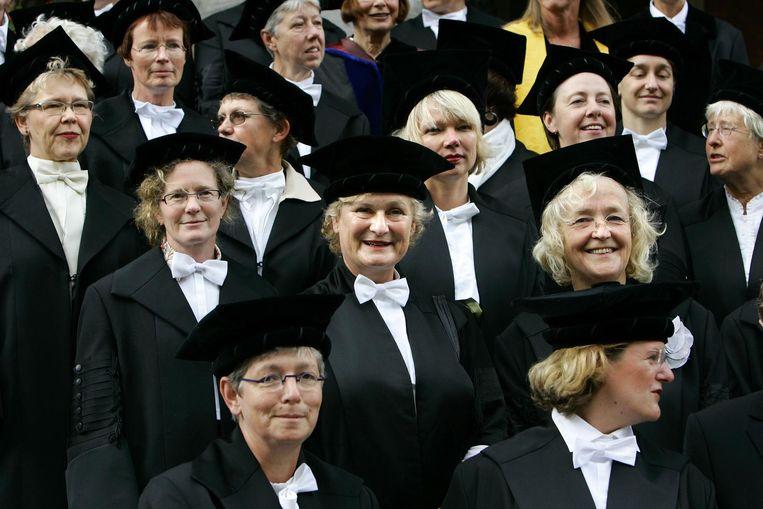 Vrouwelijk hoogleraren poseren in 2006 als stil protest voor een groepsfoto op de trappen van het academiegebouw in Groningen, omdat ze vinden dat er te weinig vrouwen als hoogleraar op de universiteit werken. Beeld anp