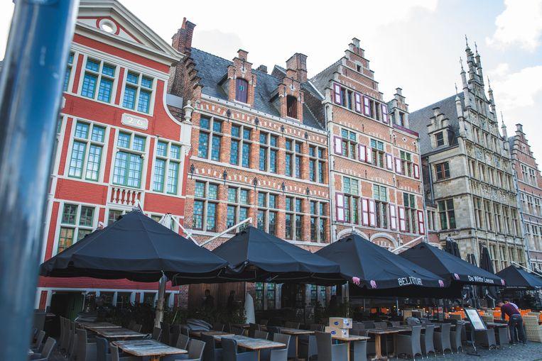 De gevels van restaurants De Graslei en De Witte Leeuw op de Graslei kregen een laatste keer een gratis gevelrenovatie.