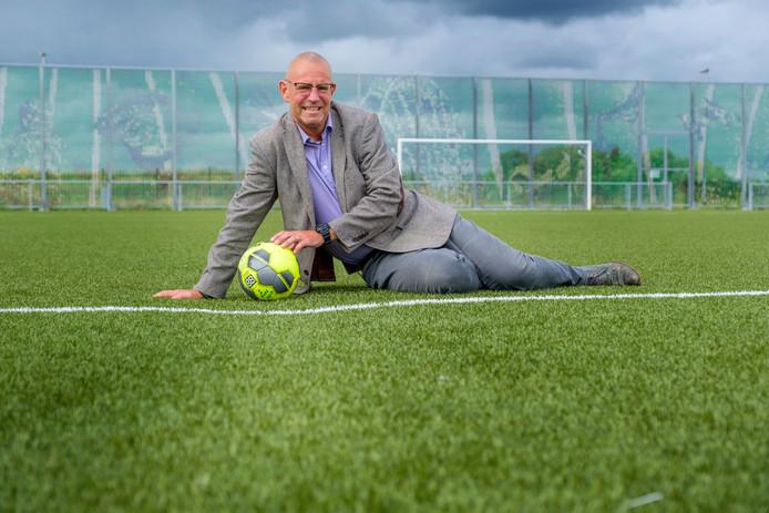 Pim Koning, voorzitter van de gedupeerde voetbalvereniging Kethel Spaland, bij de verzakking (een soort gleuf) op veld 3.