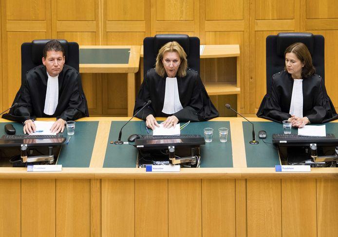 Voorzitter Jolanda Platschorre (midden) tijdens de uitspraak in het hoger beroep tegen Jos de G., die wordt veroordeeld voor de verkrachting van en doodslag op de vijftienjarige scholiere Nicole van den Hurk uit Eindhoven.