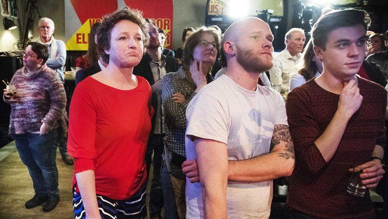 Renske Leijten en Peter Kwint (midden) van de SP tijdens de uitslagenavond van de gemeenteraadsverkiezingen. Beeld null