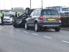Auto over de kop bij ongeval in Zaltbommel